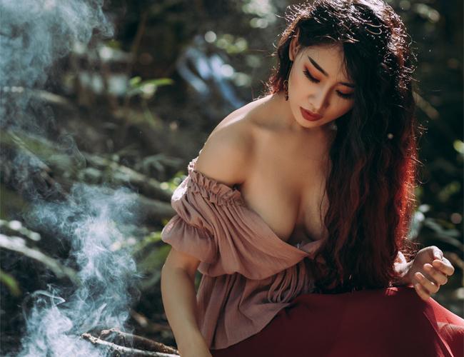 Mới đây, DJ Oxy (Cù Thị Ngọc, SN 1993) vừa hoàn thành bộ ảnh gợi cảm hút sự quan tâm của fan hâm mộ. Nữ DJ hoá thành cô thôn nữ hoà mình cùng thiên nhiên.