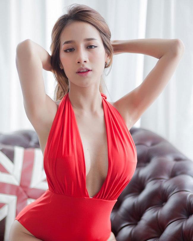 Chỉ bởi ba bức hình tạo dáng đơn giản, mỹ nữ Thái Lan đã mê hoặc gần 8.000 fan Việt, trong vài giờ đăng tải.