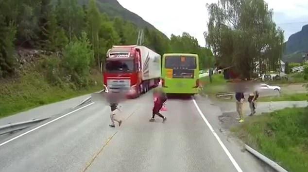Xem clip này, bạn sẽ không còn dám sang đường mà không quan sát - 1