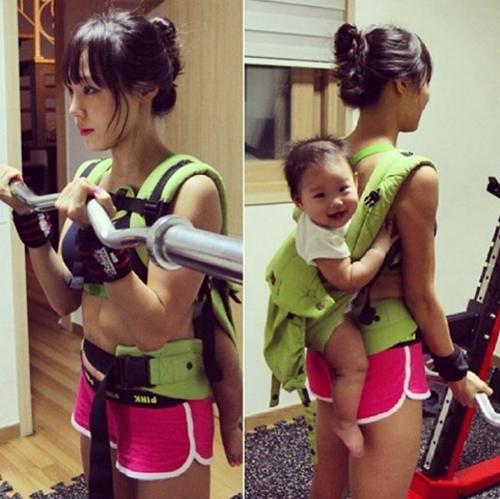 """Bao anh """"suy tim"""" vì rãnh bụng sâu hun hút của bà mẹ hai con Hàn Quốc - 7"""