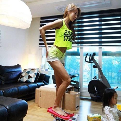 """Bao anh """"suy tim"""" vì rãnh bụng sâu hun hút của bà mẹ hai con Hàn Quốc - 6"""