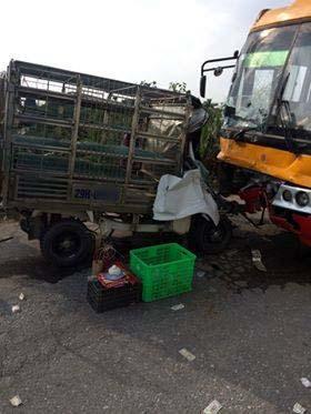 Cắt cabin xe tải cứu tài xế bị thương sau va chạm kinh hoàng với xe khách - 1