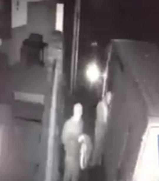 Mang rìu đột nhập xe tải, cướp gần 400.000 USD giữa ban ngày - 2