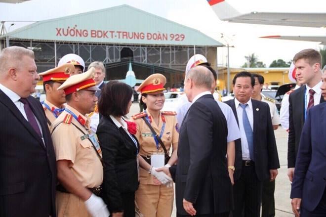 Nữ CSGT duy nhất được Tổng thống Nga Putin bắt tay cảm ơn - 1