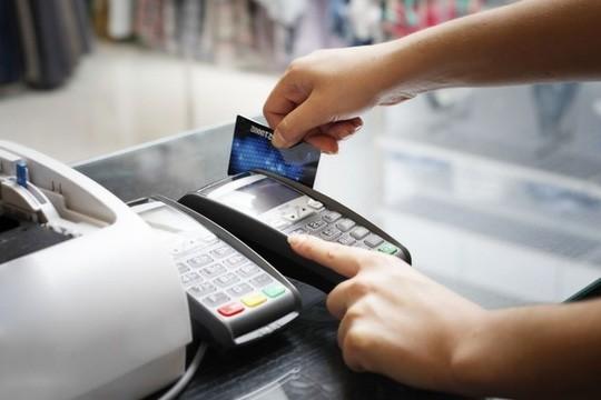 Vì sao lại quy định thẻ tín dụng chỉ được rút 5 triệu đồng/ngày? - 1