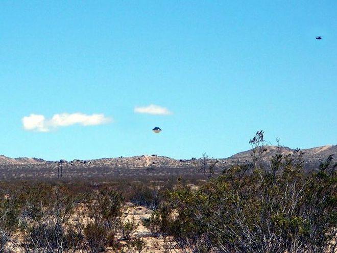 Hình ảnh rõ nét của UFO gần một căn cứ quân sự - 1