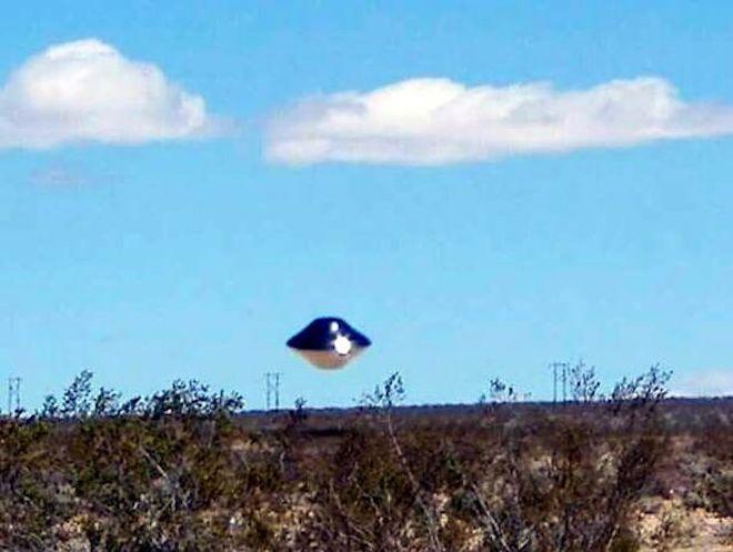 Hình ảnh rõ nét của UFO gần một căn cứ quân sự - 2