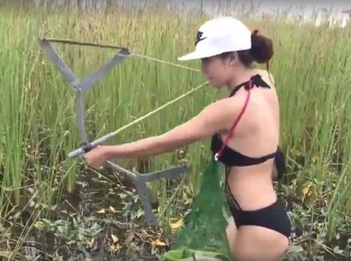 Gái trẻ mặc bikini lội ruộng bắn cá ''gây sốt'' mạng xã hội - 2