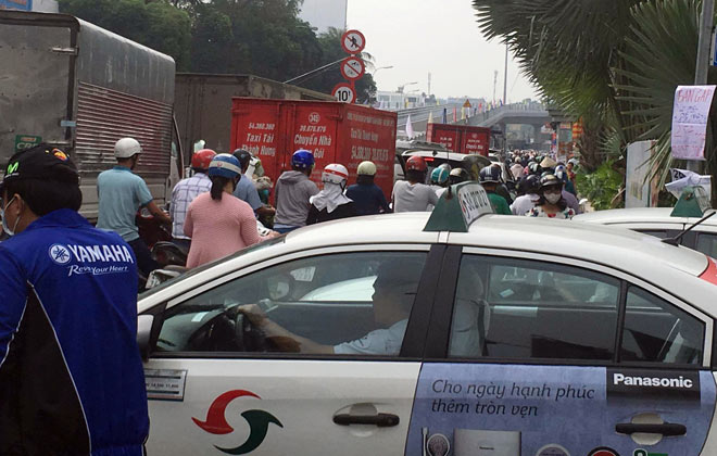 """Người SG như """"hóa điên"""" vì kẹt xe tại công trình cầu vượt trước giờ G - 9"""