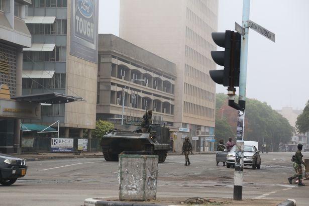 Tổng thống Zimbabwe 93 tuổi mất hết quyền lực sau một đêm? - 2
