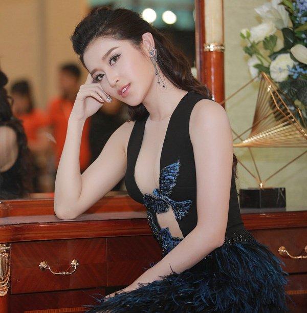 """Váy cổ sâu """"khó lường"""" của Huyền My hot nhất tuần - 3"""