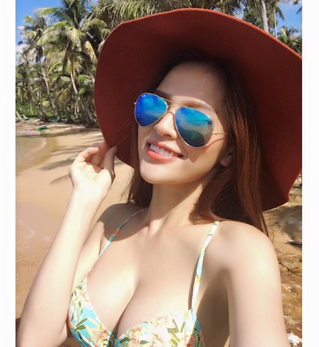 Trang cá nhân của Huyền Trang tràn ngập ảnh áo tắm.