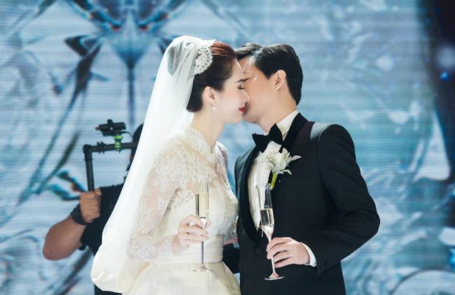 """Gia đình nhà chồng của hoa hậu thuộc hàng  """" danh gia vọng tộc """" . Ông xã Trung Tín nắm giữ nhiều tổ hợp văn phòng thương mại, là 1 trong 30 gương mặt trẻ dưới 30 tuổi thành đạt nhất do Forbes Việt Nam bình chọn."""