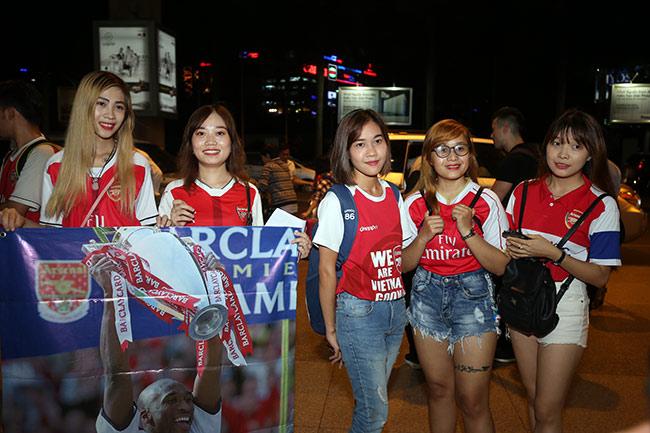 CĐV nữ xinh Việt Nam ôm chặt huyền thoại Arsenal ở sân bay - 1