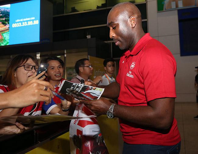 CĐV nữ xinh Việt Nam ôm chặt huyền thoại Arsenal ở sân bay - 2