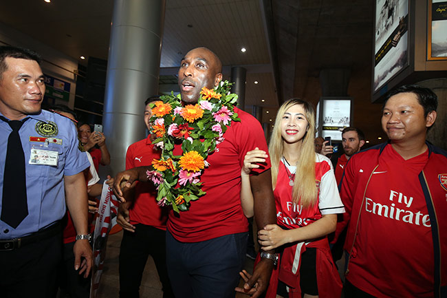 CĐV nữ xinh Việt Nam ôm chặt huyền thoại Arsenal ở sân bay - 3