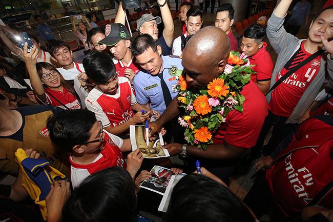 CĐV nữ xinh Việt Nam ôm chặt huyền thoại Arsenal ở sân bay - 4