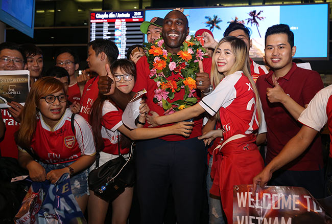 CĐV nữ xinh Việt Nam ôm chặt huyền thoại Arsenal ở sân bay - 5