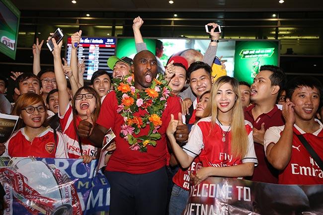 CĐV nữ xinh Việt Nam ôm chặt huyền thoại Arsenal ở sân bay - 6