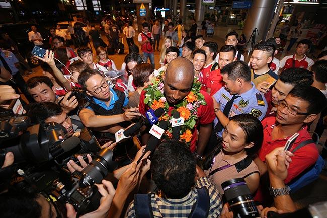 CĐV nữ xinh Việt Nam ôm chặt huyền thoại Arsenal ở sân bay - 7