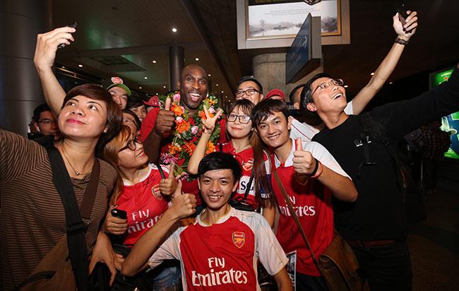 CĐV nữ xinh Việt Nam ôm chặt huyền thoại Arsenal ở sân bay - 8