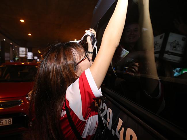 CĐV nữ xinh Việt Nam ôm chặt huyền thoại Arsenal ở sân bay - 9