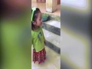 Xúc động bé gái lớp 1 cuốn giẻ vào đầu gối để đến trường