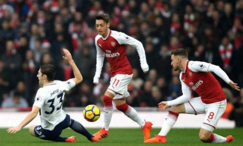 TRỰC TIẾP Arsenal - Tottenham: Mustafi làm nổ tung Emirates - 3