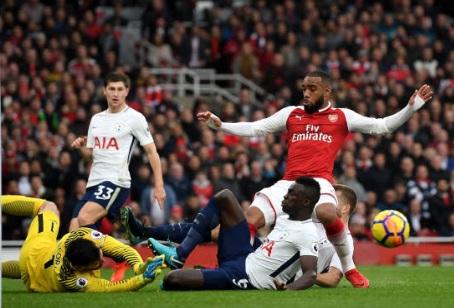 TRỰC TIẾP Arsenal - Tottenham: Mustafi làm nổ tung Emirates - 4