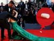 Mỹ nữ cảnh nóng ngã dúi dụi trên thảm đỏ rơi cả bình sữa