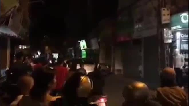 Clip: Tài xế nhấn ga ủi nát cửa nhà hàng xóm trong đêm