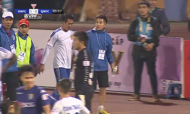 Kinh hoàng chấn thương V-League: Bất tỉnh sau va chạm, suýt cắn lưỡi - 3