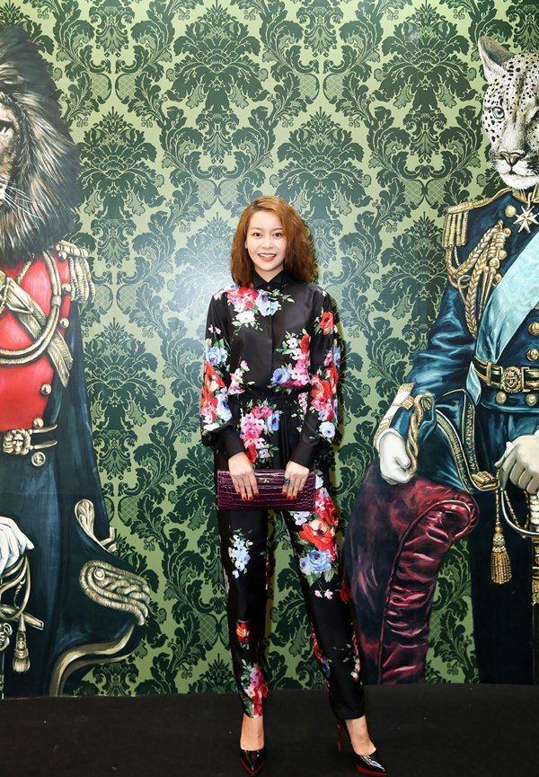 """Angela Phương Trinh đỏng đảnh với mốt """"hoa hòe hoa sói"""" đẹp nhất tuần - 9"""