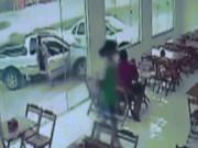 Suýt bị xe hơi tông mạnh khi đang... ngồi trong nhà hàng