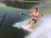 Cô gái nhận hậu quả đau điếng vì uống bia khi lướt ván