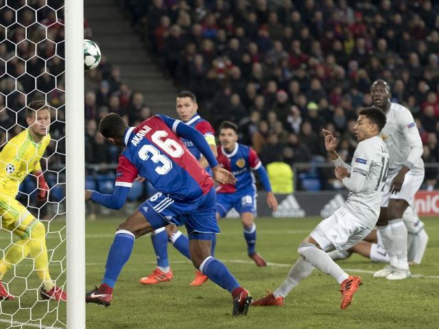 """MU thất bại đau đớn, Mourinho trách học trò toàn """"chân gỗ"""""""