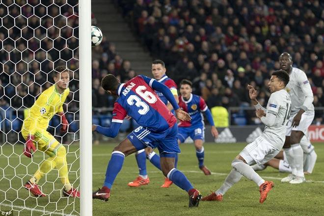 """MU thất bại đau đớn, Mourinho trách học trò toàn """"chân gỗ"""" - 1"""