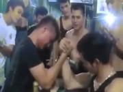 Khoảnh khắc thanh niên bị gãy cánh tay khi đang vật tay
