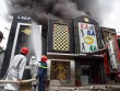 HN: Đang cháy lớn quán karaoke cạnh hồ Linh Đàm, cột khói bốc cao
