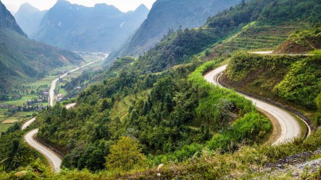 Cung đường quanh co giữa Hà Giang và Đồng Văn chạy dọc biên giới với Trung Quốc là lựa chọn lý tưởng dành cho du khách thích khám phá bằng mô tô.
