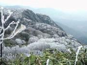 Tin tức trong ngày - Cận cảnh đỉnh Phia Oắc, Cao Bằng chìm trong băng tuyết