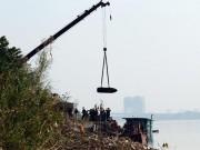 """Tin tức trong ngày - Quả bom """"khủng"""" dưới chân cầu Long Biên lộ diện sau hơn 40 năm chìm dưới nước"""