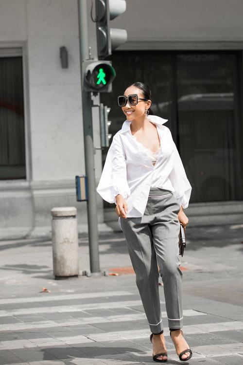 Đoan Trang hờ hững mặc nội y xuống phố đông - 6