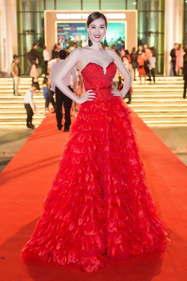 Váy trong suốt mặc như không của MC Quỳnh Chi gây chú ý trong tuần - 2