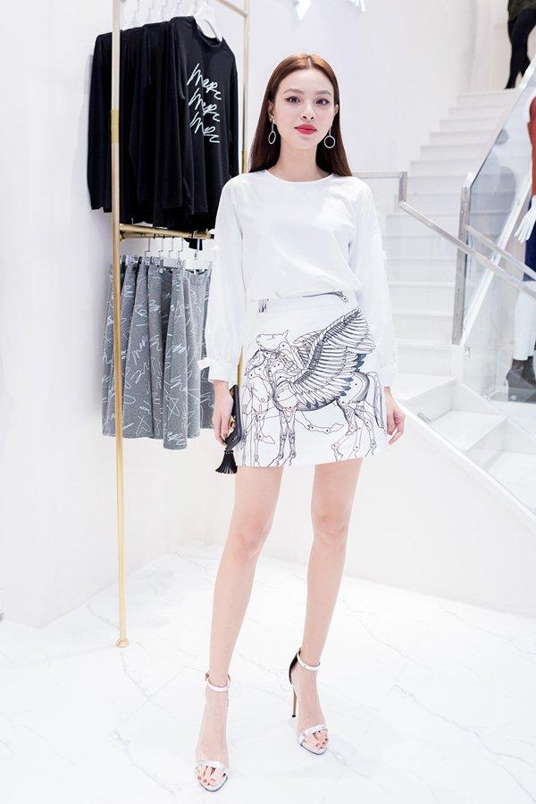 Váy trong suốt mặc như không của MC Quỳnh Chi gây chú ý trong tuần - 8