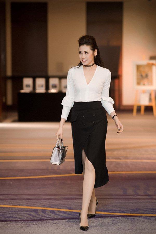 Váy trong suốt mặc như không của MC Quỳnh Chi gây chú ý trong tuần - 7