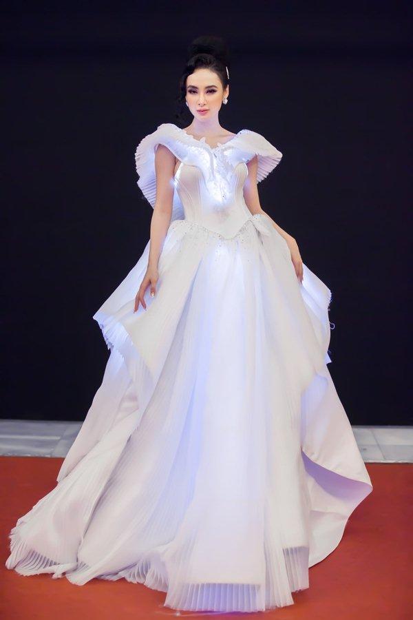 Váy trong suốt mặc như không của MC Quỳnh Chi gây chú ý trong tuần - 3