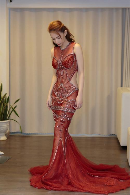 Váy trong suốt mặc như không của MC Quỳnh Chi gây chú ý trong tuần - 5