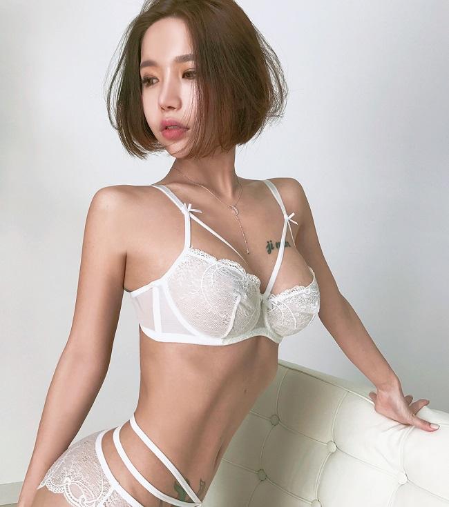 Đây là người mẫu nội y, áo tắm Hàn Quốc kiêm bà chủ kinh doanh thời trang có biệt danh Hwang Barbie (tên thật Hwang Ji Min).