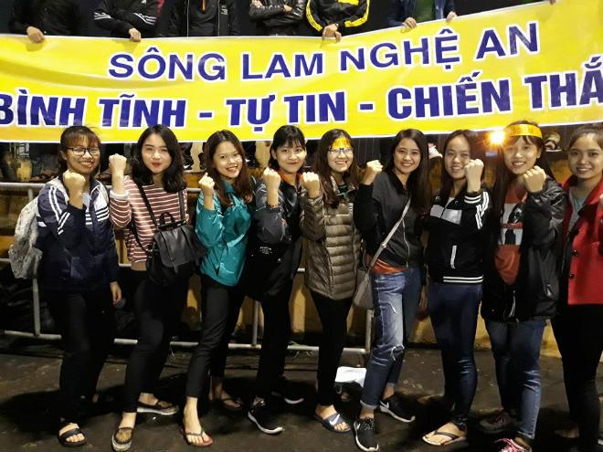 """Sân Vinh thành """"chảo lửa"""": Hot girl xứ Nghệ xem bóng đá muôn màu độc, lạ - 1"""